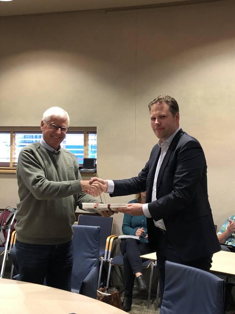 Beeldverslag Maatschappelijk akkoord Midden-Drenthe overhandigd aan Commissie Zorg en Welzijn